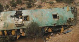 Sube a 44 cifra de muertos en accidente de autobús en Perú