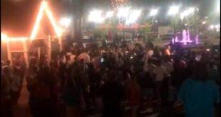 Más de 300 adolescentes se van a los golpes en parque de atracciones